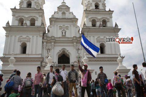 Arrestan en Guatemala a líder de caravana migrante