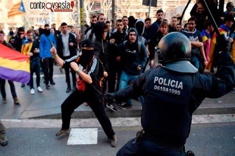 Catalanes bloquean carreteras por juicio de líderes separatistas