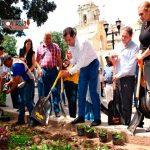 Da inicio Oswaldo García a siembra de 48 mil plantas en el zócalo de Oaxaca